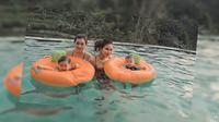 Syahnaz Sadiqah dan keluarga liburan ke Puncak Bogor (Sumber: YouTube/Jeje & Nanas Channel)