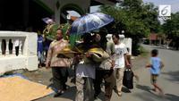 Proses pemakaman seorang ibu dan anaknya yang masih balita korban truk blong di Bumiayu berlangsung mengharukan.