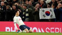 Pemain Tottenham Hotspur Son Heung-min melakukan selebrasi usai mencetak gol ke gawang Manchester City pada pertandingan Liga Inggris di  Stadion Tottenham Hotspur, London, Inggris, Minggu (2/2/2020). Tottenham Hotspur mengalahkan Manchester City 2-0. (AP Photo/Ian Walton)