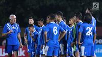 Pelatih Persib, Mario Gomez (kiri) memberi arahan jelang latihan resmi lanjutan Go-Jek Liga 1 Indonesia 2018 bersama Bukalapak di Stadion PTIK, Jakarta, Jumat (29/6). Persib akan melakoni laga melawan Persija, (30/6). (Liputan6.com/Helmi Fithriansyah)