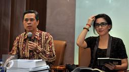 Pakar Komunikasi Politik Tjipta Lesmana (kiri) saat menjadi narasumber diskusi di Jakarta, Jumat (13/11/2015). Indonesia tidak bisa didikte oleh pihak asing karena keuntungannya tidak bisa dinikmati oleh rakyat Indonesia. (Liputan6.com/Johan Tallo)