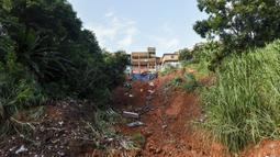 Puing-puing dari sebuah rumah yang hancur berserakan di lereng bukit setelah tanah longsor yang disebabkan hujan lebat di Belo Horizonte, Brasil (27/1/2020). Lebih dari 30.000 orang terlantar akibat hujan lebat di Brasil tenggara yang juga menewaskan lebih dari 50 orang. (AP Photo/Gustavo Andrade)