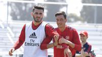 Sead Kolasinac dan Mesut Ozil. (dok. Arsenal FC)