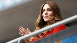 Istri Pangeran William, Kate Middleton, yang hadir langsung mendukung Timnas Inggris berlaga pun tampak bangga dan bahagia atas keberhasilan Raheem Sterling dan kawan-kawan lolos perempat final Euro 2020. (John Sibley/Pool via AP)