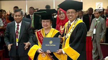 Megawati Soekarnoputri mendapat gelar doktor kehormatan bidang politik pendidikan dari Universitas Negeri Padang.