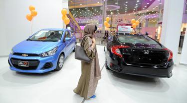 Perempuan Arab Saudi mengunjungi showroom mobil khusus wanita di kota pelabuhan Laut Merah, Jeddah, Kamis (11/1). Showroom mobil khusus wanita akhirnya dibuka menyusul pencabutan larangan kaum perempuan untuk mengemudikan kendaraan. (Amer HILABI/AFP)