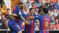 Pemain Barcelona merayakan gol yang dicetak Lionel Messi ke gawang Valencia pada laga La Liga di Stadion Mestalla, Valencia, Sabtu (22/10/2016). Barcelona menang 3-2 atas Valencia. (Reuters/Heino Kalis)