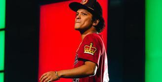 """Bruno Mars menegur fansnya yang merekam video saat konser di Newark pada 2013 lalu. """"Ini tugas kami untuk membuatmu berdansa. Kamu tak bisa melakukannya saat merekam video kan?"""" ujarnya. (instagram/brunomars)"""