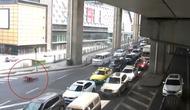 Seorang pria di China membuat roller suit yang dapat digunakan untuk mobilitas seperti di film Jackie Chan. (carscoops)