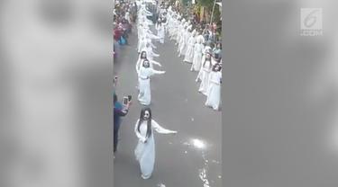 Puluhan 'kuntilanak dan pocong' berjoget bersama diiringi lagu 'Lagi Syantik' milik Siti Badriah.