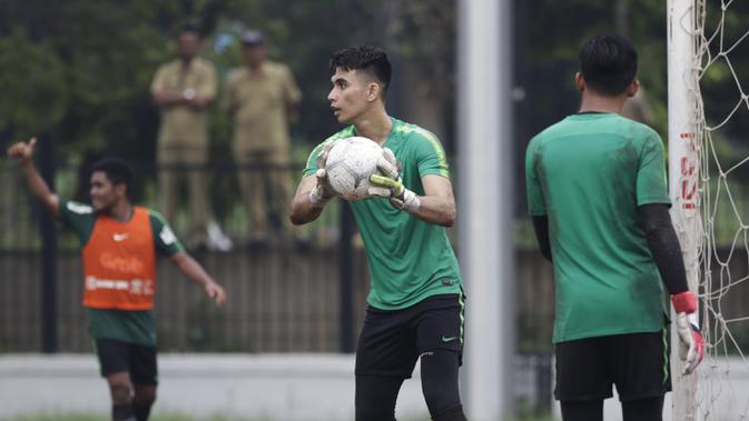 Kiper Timnas Indonesia U-22, Nadeo Argawinata, menangkap bola saat latihan di Lapangan ABC, Jakarta, Senin (14/1). Latihan ini merupakan persiapan jelang Piala AFF U-22. (Bola.com/Vitalis Yogi Trisna)