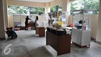Pedagang mempersiapkan dagangannya  di rusun Jatinegara barat, Kamis, (10/09/15). Rusun ini juga tengah membangun food court di lantai 2. (Liputan6.com/Gempur M Surya)
