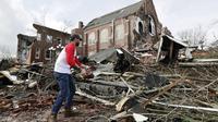 Dua badai Tornado terjadi di kota Tennesse malam tadi (3/3/2020), menewaskan sedikitnya 25 orang dan melukai ratusan lainnya. (AP Photo/Mark Humphrey)