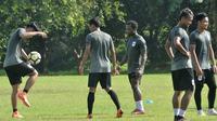 Para pemain PSIS Semarang berlatih di Lapangan Yayasan Terang Bangsa, Kamis (14/2/2019). (Bola.com/Vincentius Atmaja)