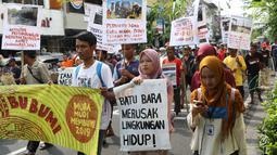 Aktivis bersama kelompok pengemudi becak motor melakukan aksi berjalan kaki menuju titik Nol kilometer Yogyakarta, Senin (22/4). Aksi ini untuk menyadarkan warga tentang krisis ekologis karena punahnya keanekaragaman hayati. (Liputan6.com/Helmi Fithriansyah)