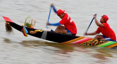 Peserta memacu kecepatan perahu naganya selama Festival Air tahunan di sungai Tonle Sap, Phnom Penh, Senin (11/11/2019). Cambodian Water Festival atau Bon Om Touk yang digelar pada 10-12 November ini merupakan salah satu festival terbesar dan paling populer di Kamboja. (TANG CHHIN Sothy/AFP)