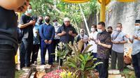 Pemakaman editor Metro TV Yodi Prabowo yang diduga menjadi korban pembunuhan. (Liputan6.com/Pramita Tristiawati)