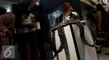 "Karya seni berbentuk gurita dipamerkan saat pameran seni rupa dan imaji bahari dengan tema ""Nautika Bahari"" di Galeri Nasional, Jakarta, Selasa (13/9). (Liputan6.com/Johan Tallo)"