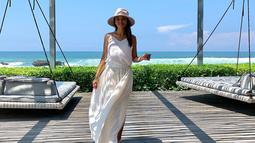 Bahkan, penampilannya menggunakan sebuah dress santai berwarna putih lengkap dengan topi juga membuatnya memesona. Ia kerap mengunggah berbagai aktivitasnya selain memasak di akun Instagram. (Liputan6.com/IG/@farahquinnofficial)