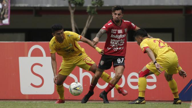 Striker Bali United, Stefano Lilipaly, berusaha melewati pemain Bhayangkara FC pada laga Shopee Liga 1 di Stadion Patriot Chandrabhaga, Bekasi, Jumat (13/9). Bhayangkara bermain imbang 0-0 atas Bali United. (Bola.com/Yoppy Renato)