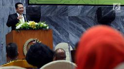 Ketua DPR Bambang Soesatyo memberi sambutan saat seminar dan Lokakarya di Jakarta, Rabu (25/4). Seminar memperingati hari Kartini dimana mereka berharap kaum perempuan atau Kartini masa kini menjadi insan yang melek teknologi. (Liputan6.com/Johan Tallo)