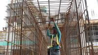 Aktivitas pekerja konstruksi pembangunan Jakarta International Stadium, Jumat (23/10/2020). Hingga pekan ke-59, progres konstruksi Jakarta International Stadium sudah mencapai 31,89 persen dan ditarget akan selesai pada akhir 2021. (Liputan6.comHelmi Fithriansyah)
