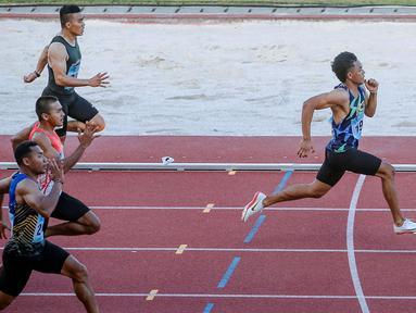 Lalu Mohammad Zohri pelari 100 meter putra asal Nusa Tenggara Barat (kanan) meninggalkan lawan-lawannya saat beraksi pada PON XX Papua 2021 di Stadion Atletik  Mimika Sport Complex, Kabupaten Mimika, Papua, Rabu (6/10/2021). (Foto: PB PON XX PAPUA 2021/Peksi Cahyo)