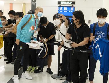 Foto: Tiba di Tokyo, Tim Sepak Bola Olimpiade Brasil Diserbu Fans