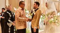 Menteri Pemuda dan Olahraga Republik Indonesia Imam Nahrawi hadiri resepsi pernikahan Lindswell Kwok dan Achmad Hulaefi. (dok. Instagram @nahrawi_imam/https://www.instagram.com/p/BrK2gl6lVMA/Asnida Riani)
