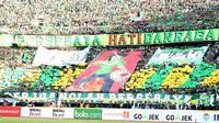 Ribuan Bonek memadati stadion saat mendukung Persebaya Surabaya melawan Arema FC pada lanjutan Liga 1 Indonesia 2018 di Stadion Gelora Bung Tomo, Surabaya (6/5/2018). Persebaya Surabaya menang tipis 1-0. (Bola.com/Aditya Wany)