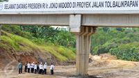 Suasana peninjauan proyek u pembangunan Bendungan Teritip di Balikpapan, Kalimantan Timur, (24/3).Jokowi minta pembangunan bendungan ini dipercepat sebelum masuk musim hujan. (Setpres/ Agus Suparto)
