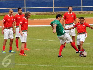Legenda Liga Italia asal Belanda, Edgar Davids (kedua kanan) berebut bola saat latihan uji lapangan jelang laga melawan Primavera Baretti di Stadion GBK, Jakarta, Jumat (20/5/2016). Laga kedua tim digelar Sabtu (21/5). (Liputan6.com/Helmi Fithriansyah)
