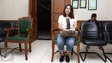 Pemain Sinetron Elly Sugigi saat didalam ruang sidang di Pengadilan Agama Jakarta Selatan, Rabu (26/4). Elly Sugigi menjalankan sidang cerai perdana tanpa di hadiri suaminya Ferry Anggara. (Liputan6.com/Herman Zakharia)