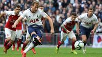 Proses terjadinya gol penalti yang dicetak striker Tottenham, Harry Kane, ke gawang Arsenal pada laga Premier League di Stadion Wembley, London, Sabtu (2/3). Kedua klub bermain imbang 1-1. (AFP/Daniel Leal-Olivas)