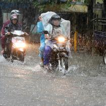Sejumlah pengedara motor nekat menerobos banjir di Depok, Jumat (12/2). Badan Meteorologi, Klimatologi, dan Geofisika (BMKG) menyatakan bahwa Indonesia akan memasuki puncak musim hujan pada Januari-Februari 201. (Liputan6.com/Yoppy Renato)