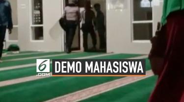 Viral sebuah video yang merekam sejumlah anggota polisi tanpa buka sepatu mengejar dan menangkapi seorang mahasiswa di dalam masjid.