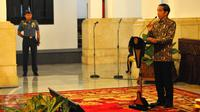 Presiden Joko Widodo memberi keterangan saat melakukan pertemuan dengan pelaku industri jasa keuangan di Istana Negara, Jakarta, Jumat (13/1). Jumlah UMKM di Indonesia terbilang cukup besar, yaitu lebih dari 50 juta UMKM. (Liputan6.com/Angga Yuniar)