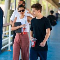 Di hari yang sama saat berita Justin Bieber dan Hailey Baldwin tersebar, Selena Gomez terlihat tengah bersama dengan seorang pria di New York City. (Peter Parker - Splashnews - Daily Mail)