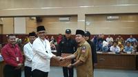 Calon Walikota Cirebon Bamunas Setiawan Budiman saat mengikuti rangkaian serah terima pengawal pribadi di Kantor KPU Kota Cirebon (Liputan6.com / Panji Prayitno)