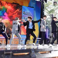 BTS membawakan dua lagu, yang salah satunya ialah Boy With Luv. Lagu yang berkolaborasi dengan penyanyi Halsey (Liputan6.com/twitter/GMA)