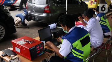 FOTO: Hindari Tilang dan Tarif Parkir Mahal, Ratusan Kendaraan di Jakarta Ikut Uji Emisi