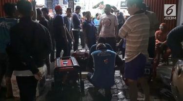Pemadaman listrik yang terjadi di sejumlah kota di Jawa Timur dan Bali sepanjang hari Rabu, mengakibatkan terganggunya aktifitas warga.