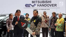 CEO Mitsubishi Motors Osamu Masuko secara simbolis menyerahkan kunci kepada Menteri Perindustrian Airlangga Hartarto di Jakarta, Senin (26/2). Mitsubishi Motors menghibahkan 10 mobil listrik kepada pemerintah Indonesia. (Liputan.com/JohanTallo)