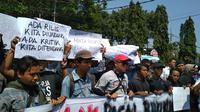 Aksi Jurnalis Ciayumajakuning menolak pengesahan RKUHP dan UU KPK di depan Gedung DPRD Kota Cirebon. Foto (Liputan6.com / Panji Prayitno).