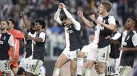 Pemain Juventus merayakan kemenangan usai pertandingan melawan Bologna pada pertandingan lanjutan Liga Serie A Italia di stadion Allianz, Turin (19/10/2019). Juventus menang tipis atas Bologna 2-1. (AP Photo/Luca Bruno)
