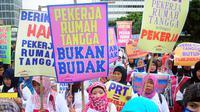 Aksi ratusan Pekerja Rumah Tangga (PRT) yang mendesak disahkannya RUU Perlindungan Pekerja Rumah Tangga (RUU PPRT) yang masuk dalam Prolegnas 2015 di Bundaran HI, Jakarta, Minggu (8/3/2015).(Liputan6.com/Yoppy Renato)