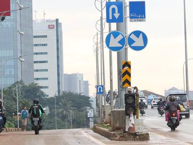 Pengendara sepeda motor melawan arus lalu lintas di akses persimpangan Jalan TB Simatupang - Jalan Antasari di Jakarta, Senin (8/4). Tidak adanya pengawasan serta sanksi tegas bagi pelanggar menyebabkan para pengendara tersebut nekat melawan arus lalu lintas. (Liputan6.com/Immanuel Antonius)