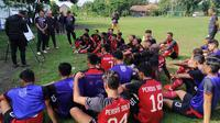 Skuat Persis Solo memperhatikan arahan pelatih Salahudin dalam sesi latihan di lapangan Donohudan, Ngemplak, Boyolali, Kamis (9/1/2020). (Bola.com/Vincentius Atmaja)