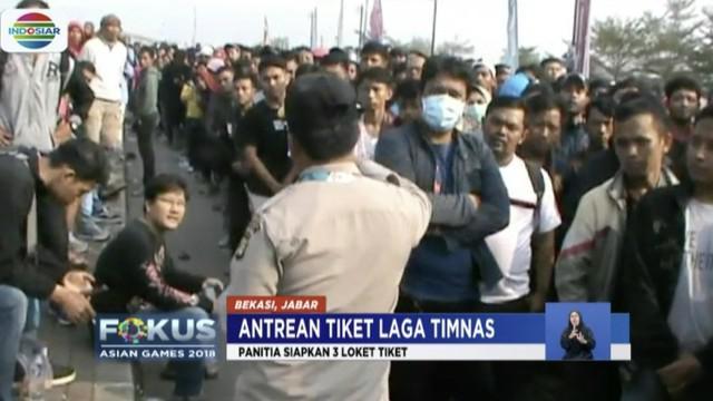 Jelang laga perdelapan final sepak bola antara Timnas Indonesia melawan Uni Emirat Arab, para suporter rela mengantre sejak subuh di Stadion Wibawa Mukti demi mendapatkan tiket.