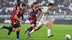 Penyerang Juventus, Paulo Dybala (kanan) menggiring bola dari kejaran tiga pemain Genoa pada pertandingan lanjutan Liga Serie A Italia di stadion Allianz, Turin (30/10/2019). Juventus menang tipis 2-1 atas Genoa. (Alessandro Di Marco / ANSA via AP)